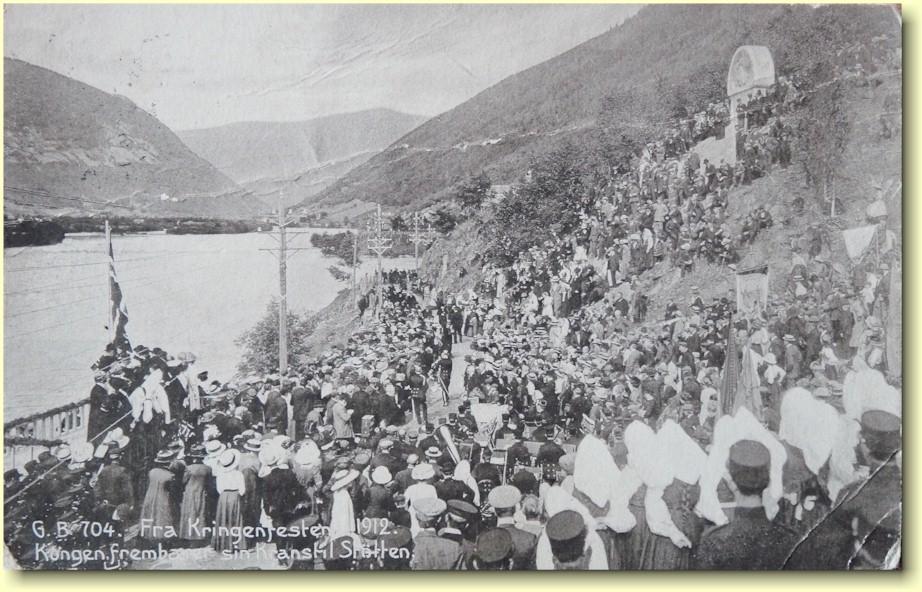 Kong Haakon legger ned krans ved det nyreiste monumentet 26 august 1912